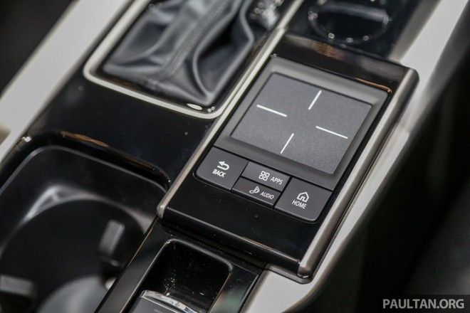 Touchpad nằm cạnh cần số trên cụm điều khiển trung tâm