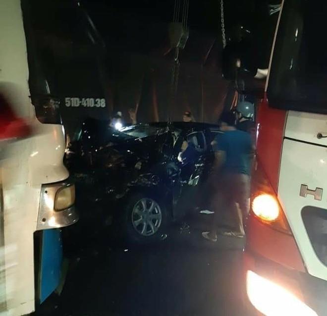 Hiện trường vụ tai nạn giữa chiếc Toyota Camry và xe chở công nhân