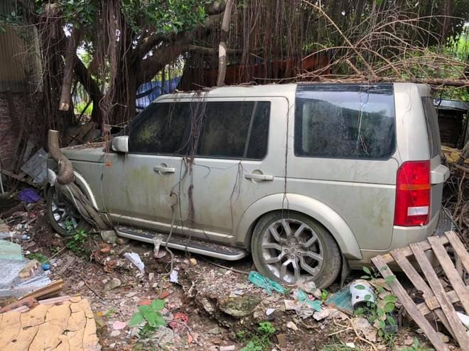 Ngoại thất chiếc Land Rover Discovery đóng bụi và rêu