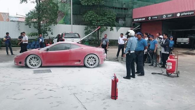 Hàng chục người tham gia chữa cháy cho siêu xe Ferrari 360 Modena gần cây xăng
