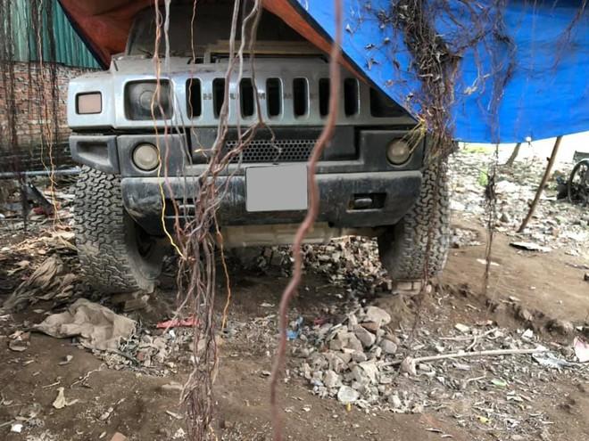 Chiếc Hummer H2 bị bỏ rơi tại một bãi xe của garage