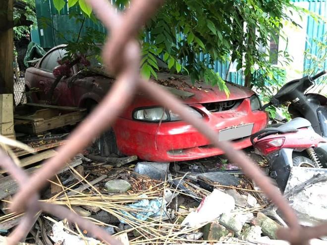 Ford Mustang thế hệ thứ 4 màu đỏ