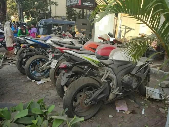 Có vẻ như những chiếc mô tô này đã bị bỏ lại đây khá lâu