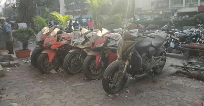 Dàn xe mô tô được giữ trước một trụ sở cảnh sát ở Ấn Độ