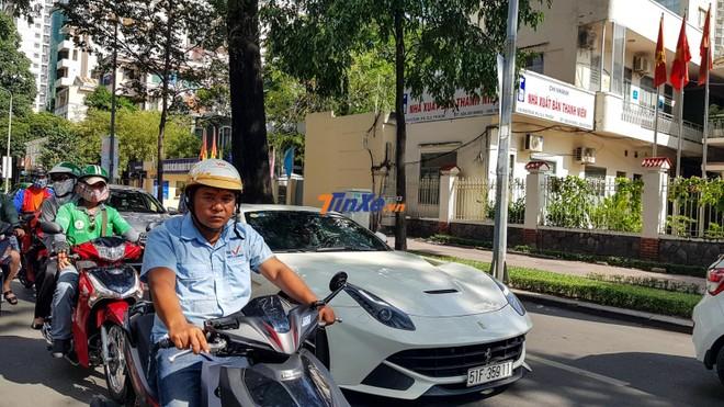 Chiếc siêu xe Ferrari F12 Berlinetta của Phan Thành trên đường phố Sài thành cuối tuần