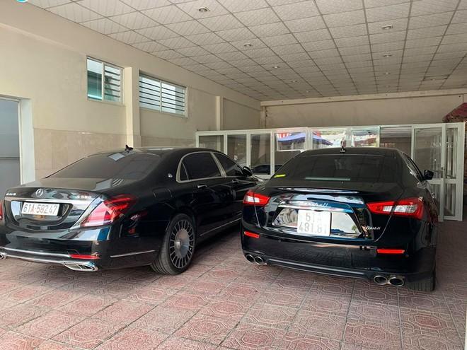 Mercedes-Maybach S560 và Maserati Ghibli, phía trên là Lamborghini Aventador LP700-4 màu trắng bị nhốt trong chuồng