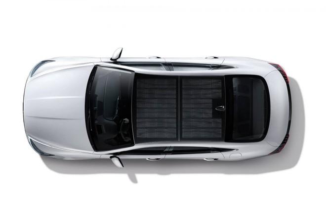 Điểm nhấn đáng chú ý của Hyundai Sonata Hybrid 2020 chính là hệ thống pin năng lượng mặt trời trên nóc