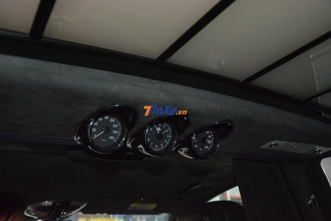 Phía trên trần xe của hàng ghế phía sau còn có 3 cụm đồng hồ chỉ tốc độ xe, thời gian và nhiệt độ