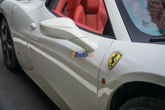 Xe mang ngoại thất màu trắng khác biệt so với chiếc Ferrari 458 Spider của Chủ tịch Trung Nguyên mang màu đỏ