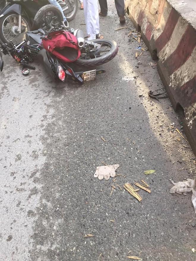 Chiếc xe côn tay Suzuki Satria F150 của phượt thủ tại hiện trường vụ tai nạn