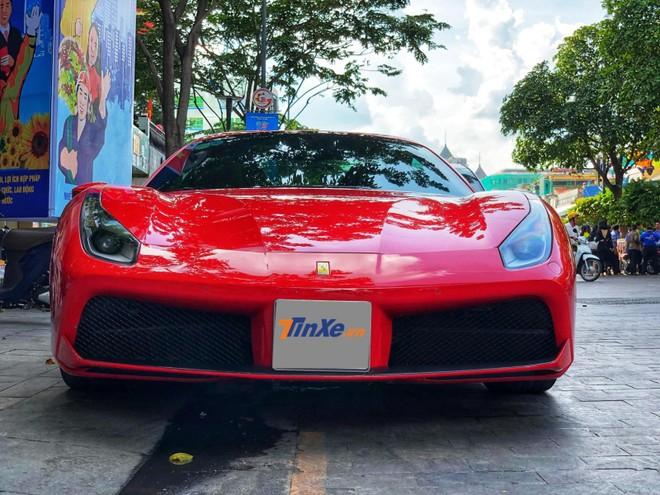 Siêu xe mui trần Ferrari 488 Spider đỗ trên phố đi bộ Nguyễn Huệ