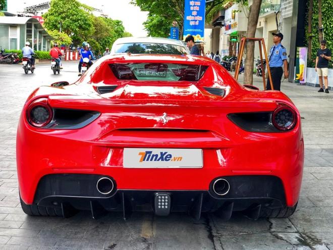 Vẻ đẹp của Ferrari 488 Spider màu đỏ nhìn từ đuôi xe