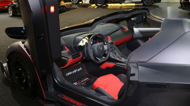 Nội thất siêu xe Lamborghini Veneno Roadster đang rao bán