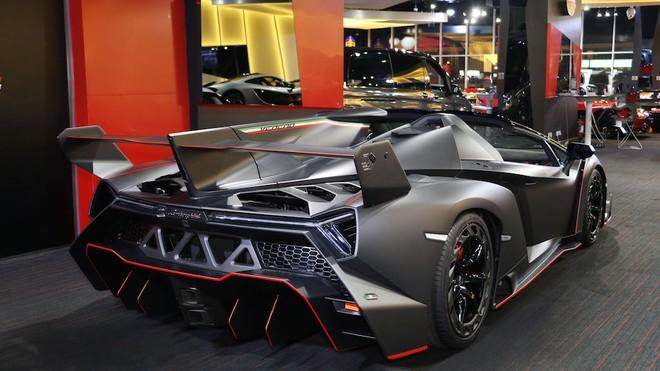 Vẻ đẹp hầm hố của Lamborghini Veneno Roadster nhìn từ đuôi xe