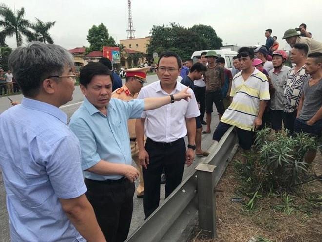 Bộ trưởng GTVT Nguyễn Văn Thể và ông Khuất Việt Hùng có mặt tạihiện trường vụ tai nạn. (Ảnh:Việt Dũng)
