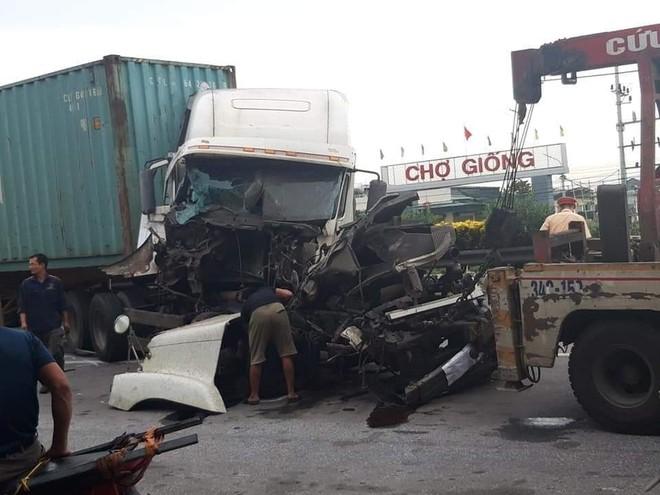Chiếc xe container bị vỡ nát phần đầu sau cú va chạm