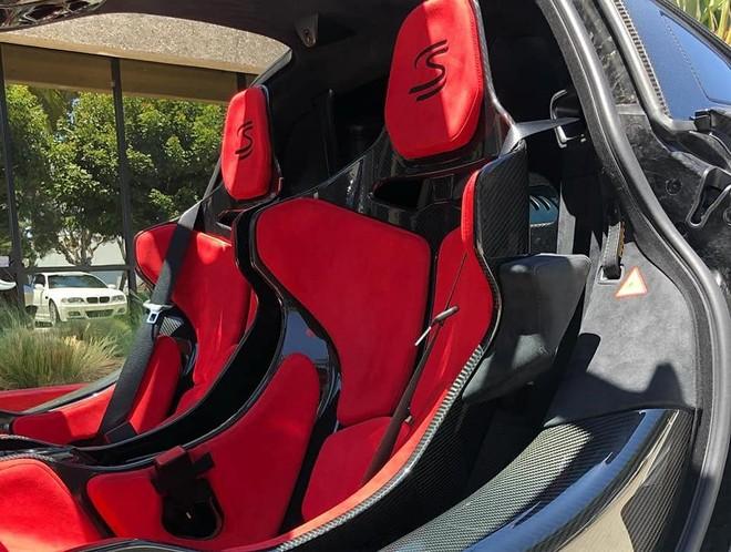 Ghế ngồi bọc da Alcantara màu đỏ và sợi carbon