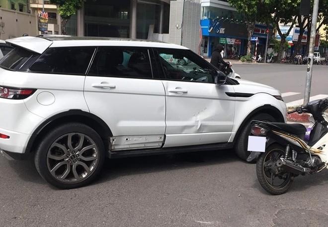 Chiếc Range Rover Evoque bị hư hỏng nặng bên hông xe