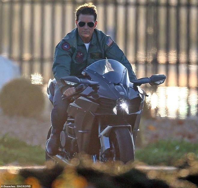 Là một người có đam mê với mô tô nên Tom Cruise điều khiển chiếc Kawasaki Ninja H2 rất tự tin