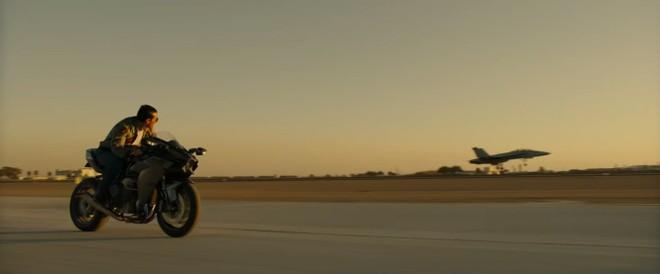 Tom Cruise cùng Kawasaki Ninja H2 trong Top Gun: Maverick