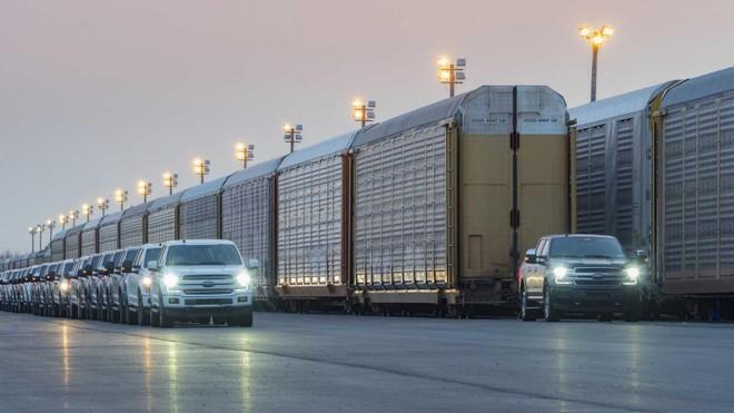 Mẫu xe bán tải F-150 chạy điện của Ford kéo 10 toa tàu với tổng trọng lượng 453,5 tấn