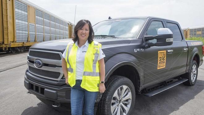Đích thân kỹ sư trưởng của Ford, bà Linda Zhang, cầm lái chiếc F-150 chạy điện trong thử thách này