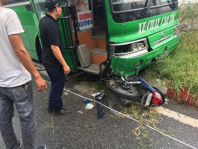 Chiếc xe máy bị cuốn vào gầm ô tô khách
