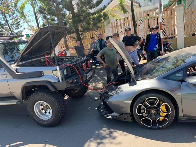 Lamborghini Huracan LP610-4 ở Đà Nẵng hết xăng nhưng người lái lại gọi xe địa hình đến câu bình ắc-quy