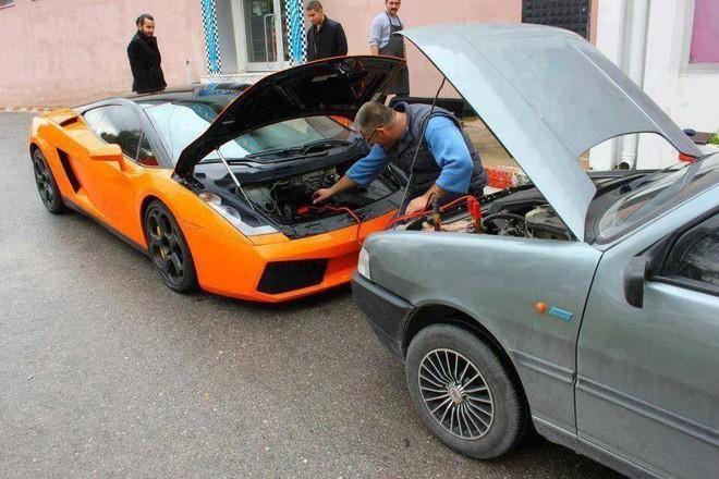 Lamborghini Gallardo được Fiat Uno 30 tuổi giúp câu bình ắc-quy