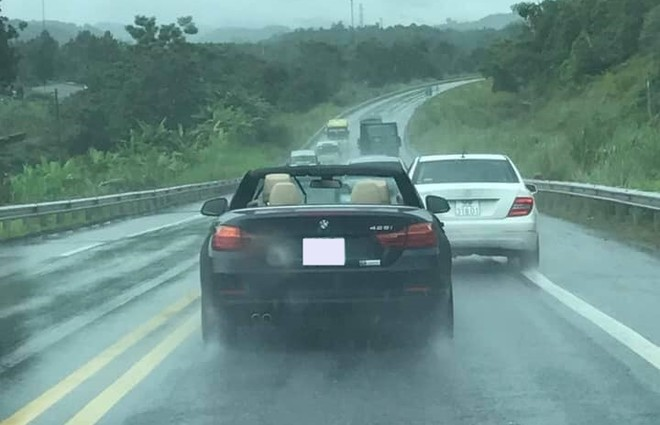 Người lái chiếc BMW 428i mui trần có thể phải đem xe đến một garage để kiểm tra lại nội thất
