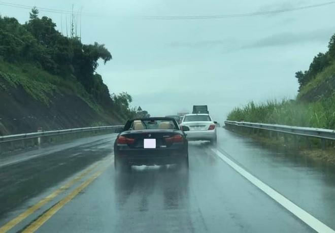 Để BMW 428i mui trần tắm mưa thoải mái, cư dân mạng phán dân chơi không sợ mưa rơi là có thật