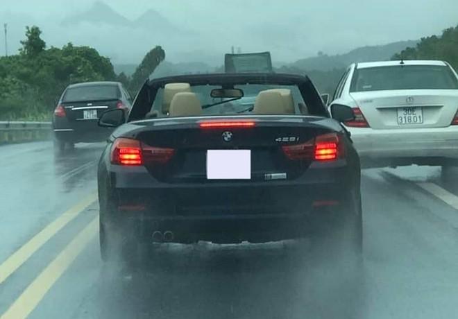 Chiếc BMW 428i Convertible tắm mưa trên cao tốc