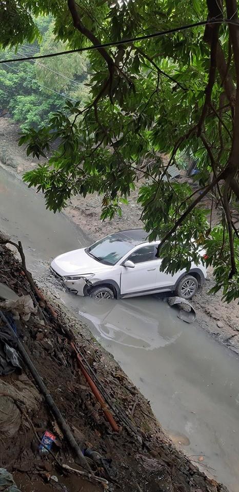 Chiếc Hyundai i20 Active nằm dưới mương nước