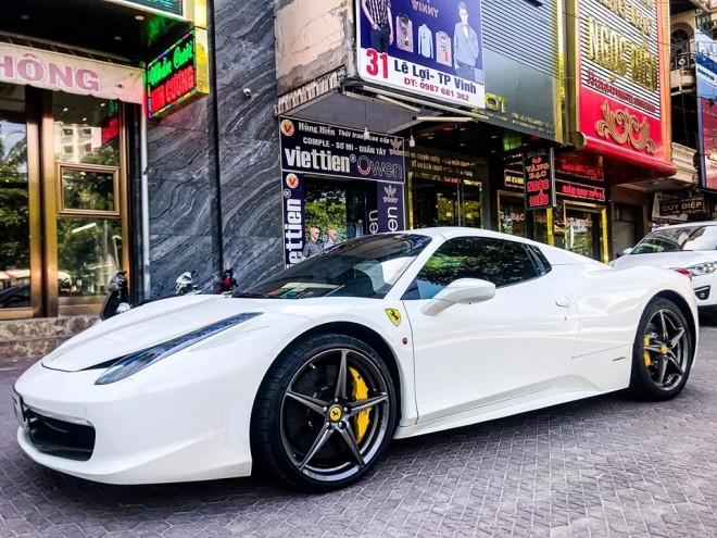 Trước đó thành phố Vinh đã có sự hiện diện của siêu xe mui trần Ferrari 458 Spider