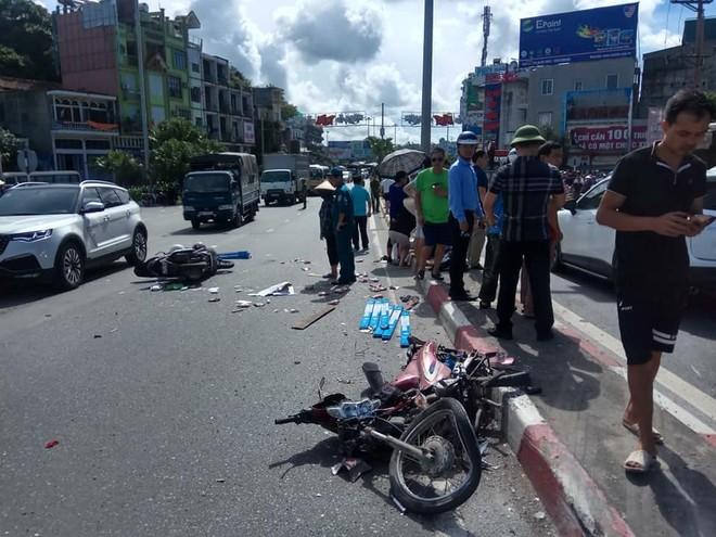 Những chiếc xe máy bị hư hỏng nặng nằm la liệt tại hiện trường