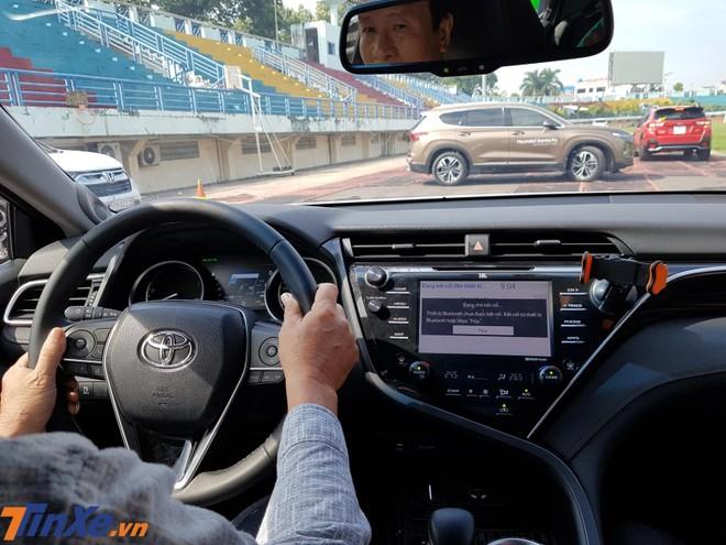 Một khách hàng lái thử Toyota Camry thế hệ mới