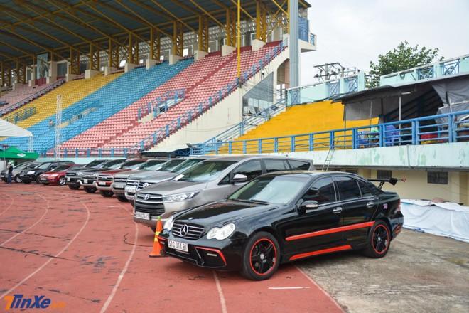Khu bán xe đã qua sử dụng có cả một chiếc Mercedes-Benz độ