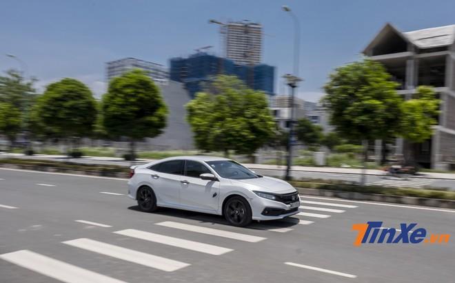 Honda Civic RS 2019 có giá hơi bán cao nhưng thực sự đáng tiền với những khách hàng ưa thích cảm giác lái.