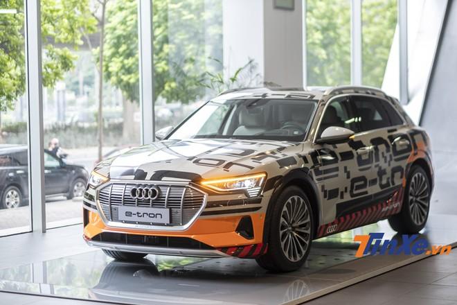 Audi e-Tron vẫn mang những đường nét đậm chất Audi như hệ thống đèn LED Matrix, lưới tản nhiệt cỡ lớn và kích thước thì chỉ nhỏ hơn Audi Q8 một chút.