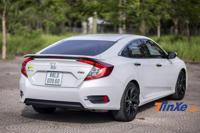Nâng kích thước vành, thêm đuôi gió là những điểm thay đổi khác biệt nhất ở phần ngoại thất của Honda Civic RS 2019.