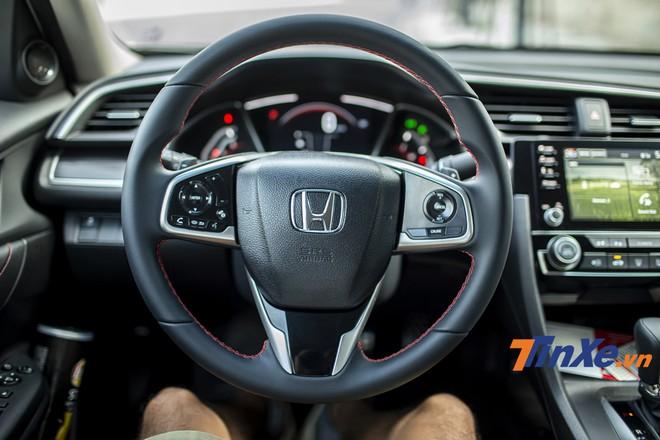 Nội thất bọc da khâu chỉ đỏ tạo điểm nhấn mới cá tính, thể thao hơn cho Honda Civic RS 2019.