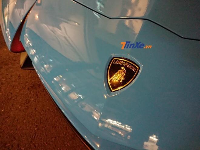 Quá trình thay áo sang màu Blu Cepheus của siêu xe Lamborghini Aventador LP750-4 SV được thực hiện bằng phương pháp dán đề-can