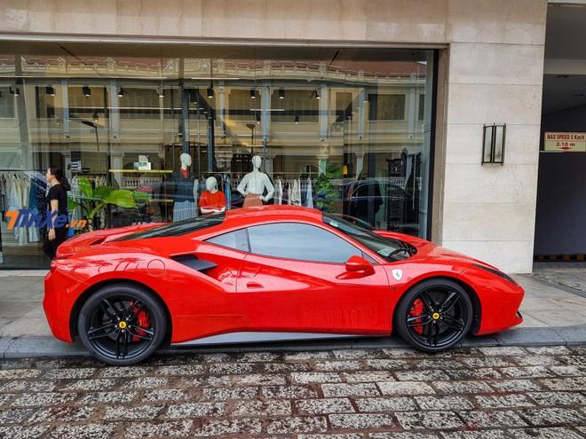 Sau khi di chuyển từ Long Hải về lại Sài thành, siêu xe Ferrari 488 GTB màu đỏ này đỗ tại một khách sạn cao cấp nằm gần phố đi bộ Nguyễn Huệ, quận 1