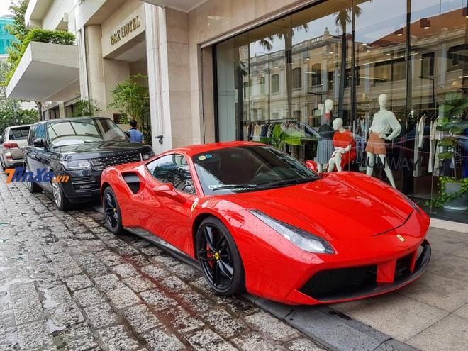 Siêu xe Ferrari 488 GTB của Tuấn Hưng và phía sau là Range Rover SVAutobiography