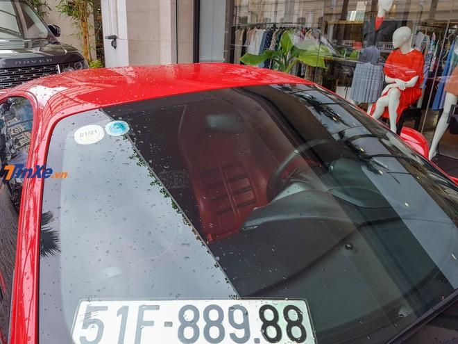 Nội thất xe mang màu đỏ tông xuyệt tông với ngoại thất