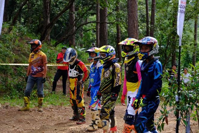 Các vận động viên đứng cách xa chiếc xe và khi có hiệu lệnh xuất phát, họ sẽ chạy về chiếc xe của mình và bắt đầu cuộc đua như một số giải đua cào cào chuyên nghiệp ở nước ngoài. Hình thức xuất phát này cùng đã được diễn ra tại giải đua cào cào thuộc đại hội mô tô Việt Nam được tổ chức cách đây ít lâu.