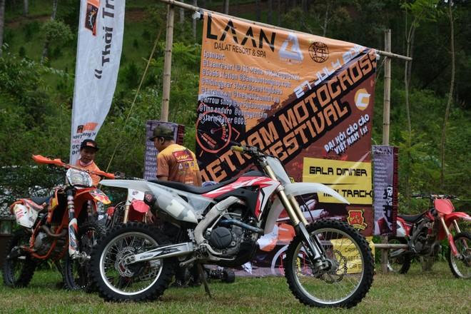 Tập trung từ khá sớm, tại mặt sân của LAAN Resort đã có rất nhiều những chiếc xe cào cào chuyên nghiệp đến từ nhiều hãng xe lớn khác nhau như Honda, KTM, Yamaha hay Husqvarna.