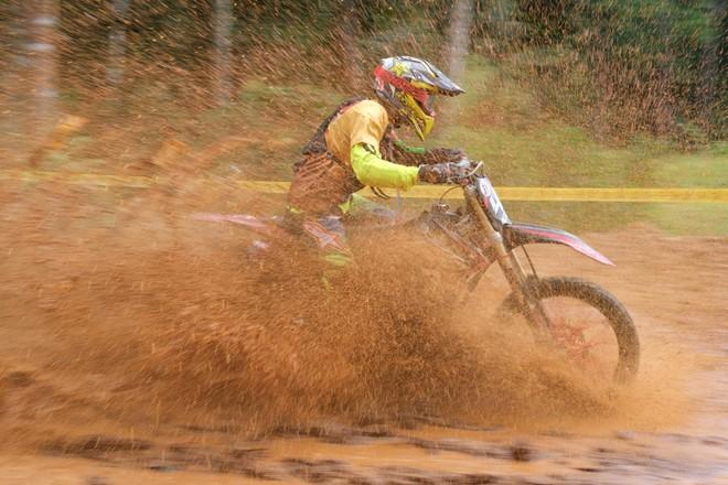 Cho đến những hố bùn đậm chất Dirt bike đều làm cuộc đua thêm phần màu sắc và thú vị hơn