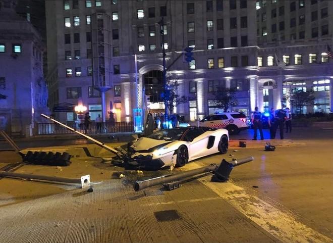 Chiếc siêu xe Lamborghini Aventador tại hiện trường vụ tai nạn