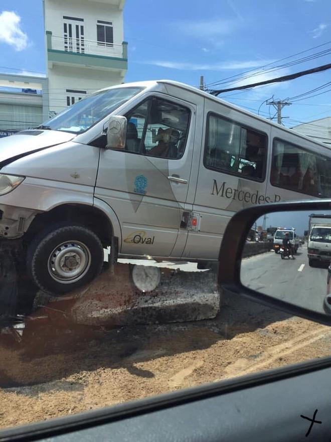 Chiếc ô tô khách bị biến dạng phần đầu xe